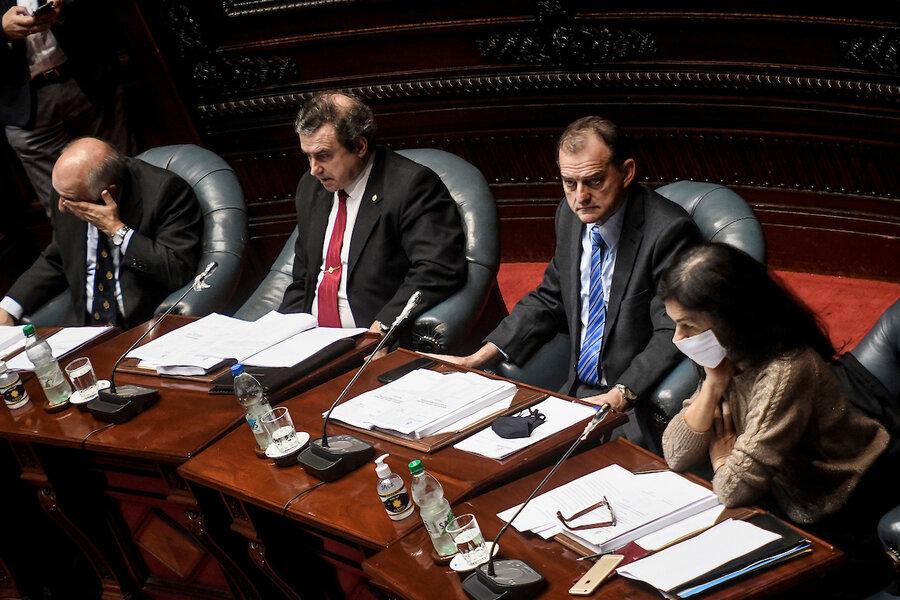 """imagen de Legisladores de Cabildo Abierto reprochan a Manini Ríos por la """"enorme""""cantidad de militares retirados designados en cargos"""