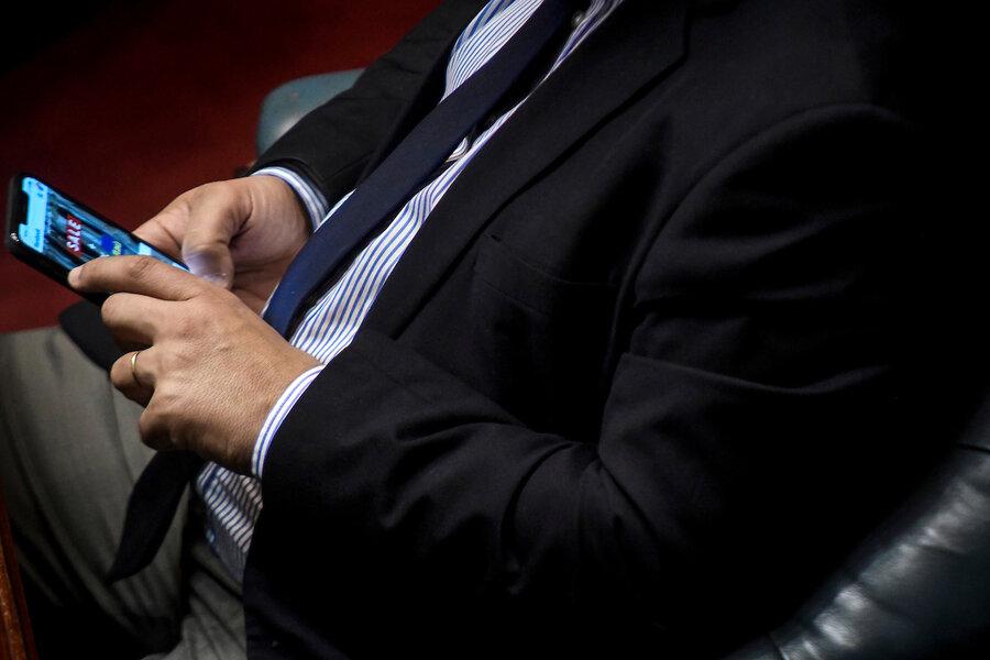 """imagen de Usar el celular en el trabajo, aun cuando esté prohibido, no es """"notoria mala conducta"""", según la Corte"""