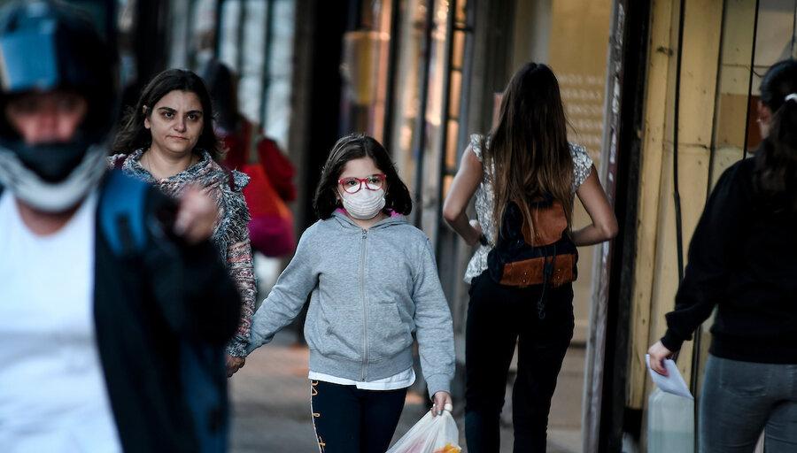 """El 15% de los uruguayos cree que el virus """"no existe"""" y que """"es un negocio"""""""