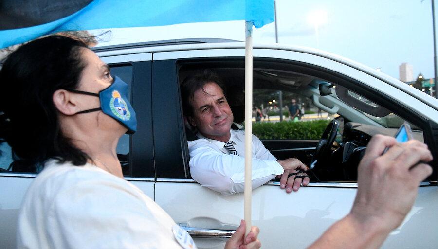 imagen de Lacalle Pou contempla a sus socios, mientras se ahonda la confrontación con la oposición