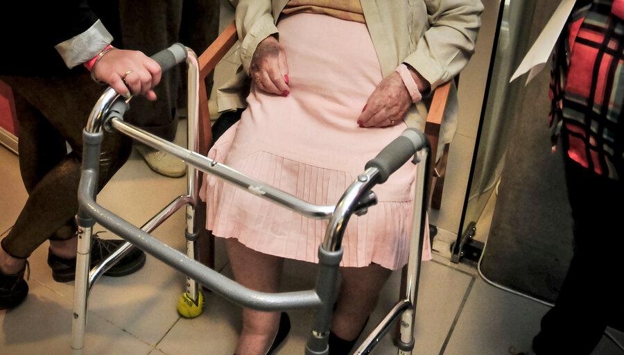 """imagen de Brotes en residenciales abren debate sobre la """"muerte digna"""" y médicos dicen que el encierro no significa """"dejar morir"""" ancianos"""