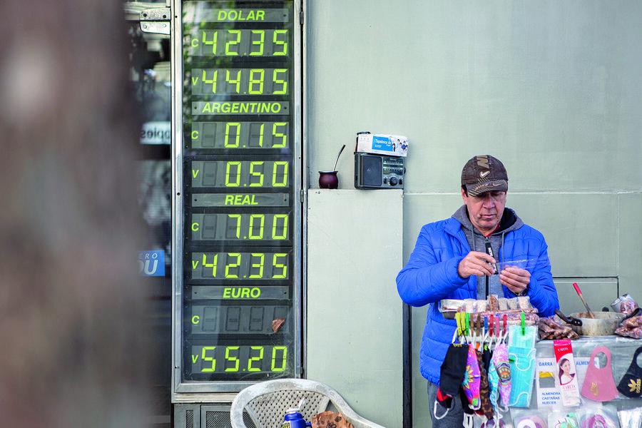 imagen de El gobierno busca sacar de la lógica económica de los uruguayos al dólar, su refugio histórico frente a la desconfianza